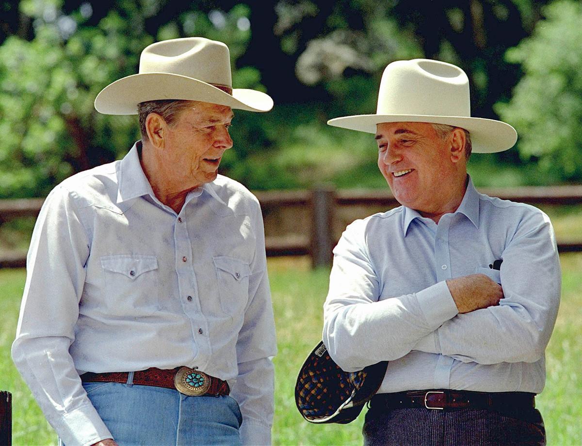 Der ehemalige US-Präsident Ronald Reagan (links) und der ehemalige sowjetische Präsident Michail Gorbatschow beim Besuch von Reagans Ranch del Cielo nördlich von Santa Barbara, Kalifornien, am 2. Mai 1992