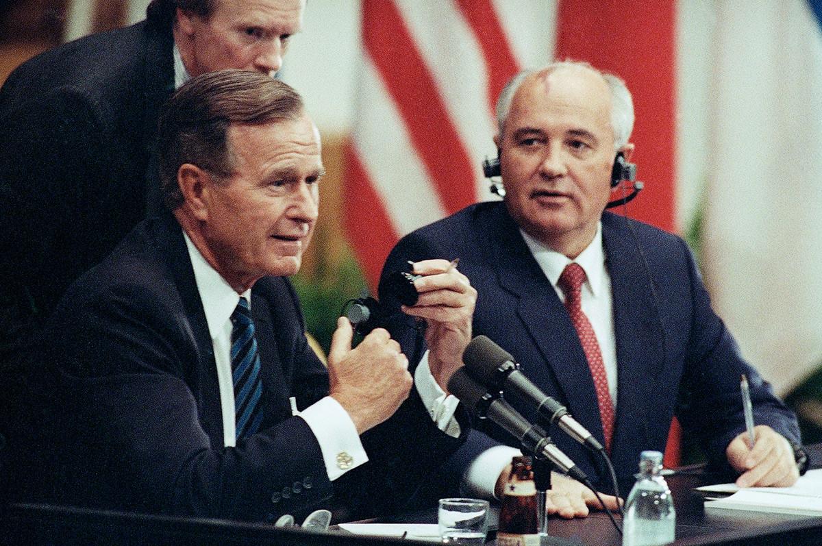 US-Präsident George H. Bush und der sowjetische Präsident Michail Gorbatschow während der gemeinsamen Pressekonferenz in Helsinki, Finnland, 9. September 1990