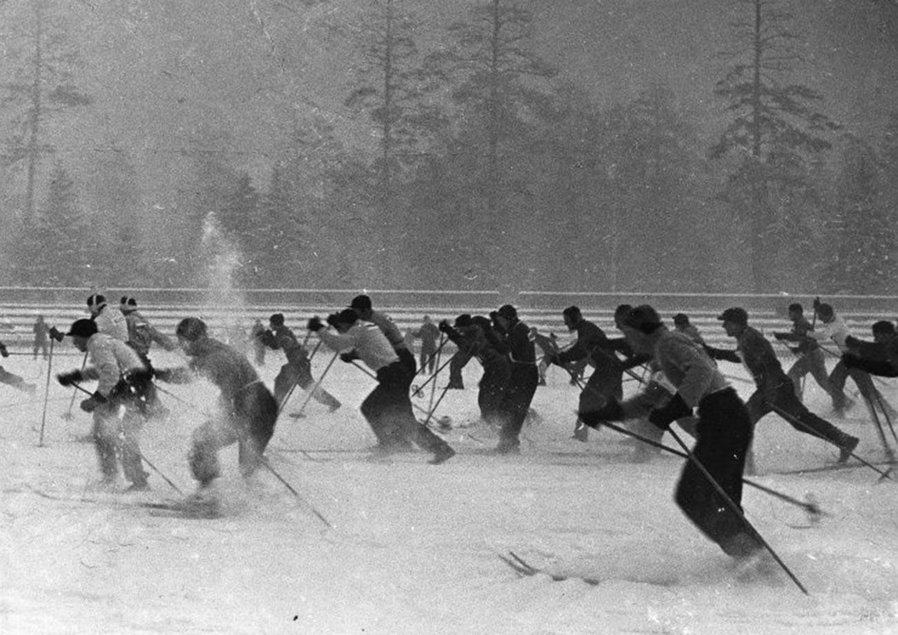 Des skieurs soviétiques à Sokolniki