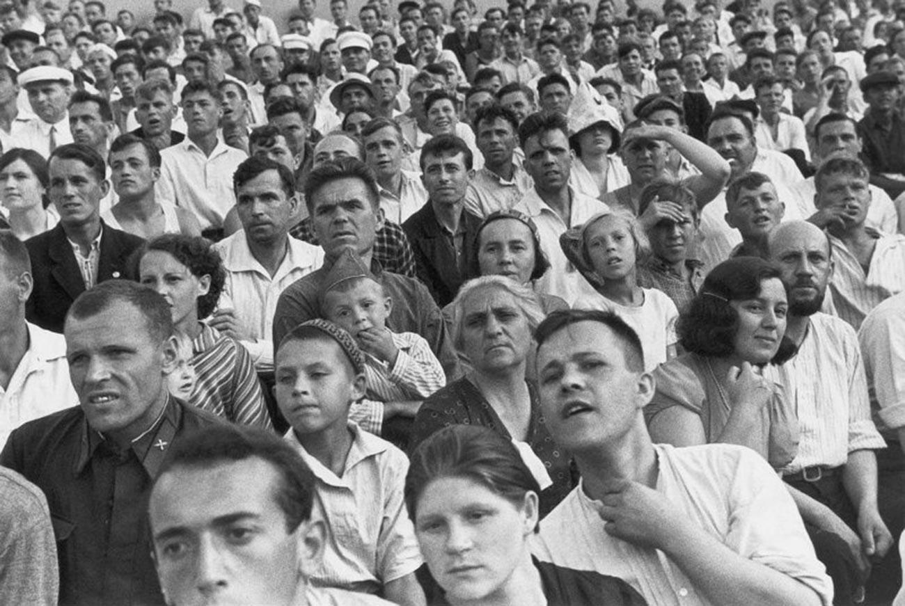 Des soviétiques dans les gradins d'un stade