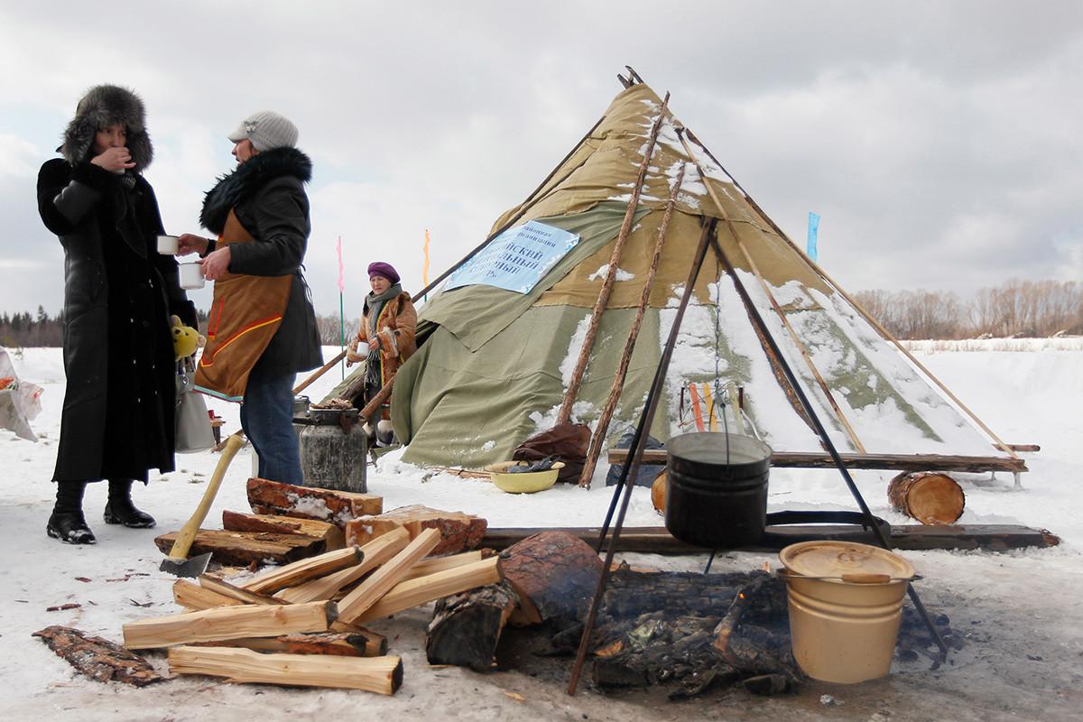 防水布で作られたチュム、イルクーツク州にて
