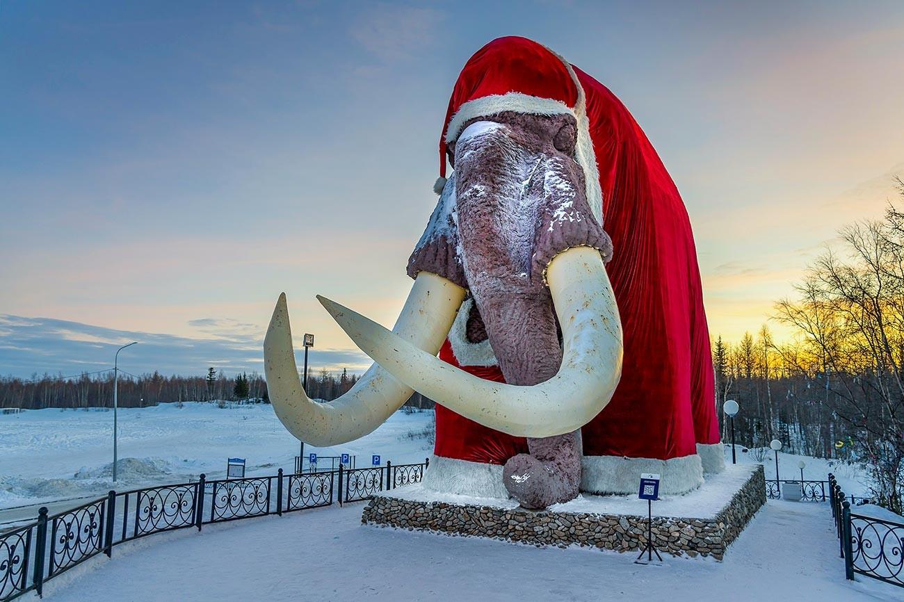 Mamut Mitya mengenakan pakaian Ded Moroz (sinterklas Rusia).