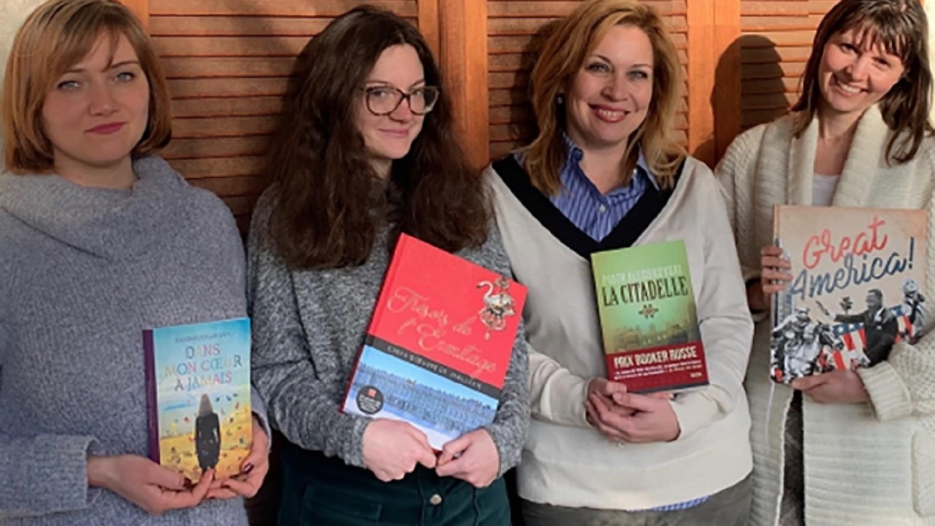 L'équipe de Macha Publishing, avec Marie Renault (deuxième en partant de la droite) et Alexandra Calmès (deuxième en partant de la gauche)