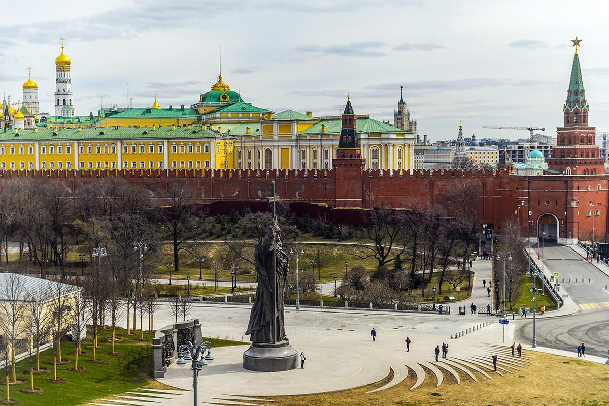 Vista del monumento al príncipe santo Vladímir en la plaza Borovítskaia y el Kremlin de Moscú, 2017