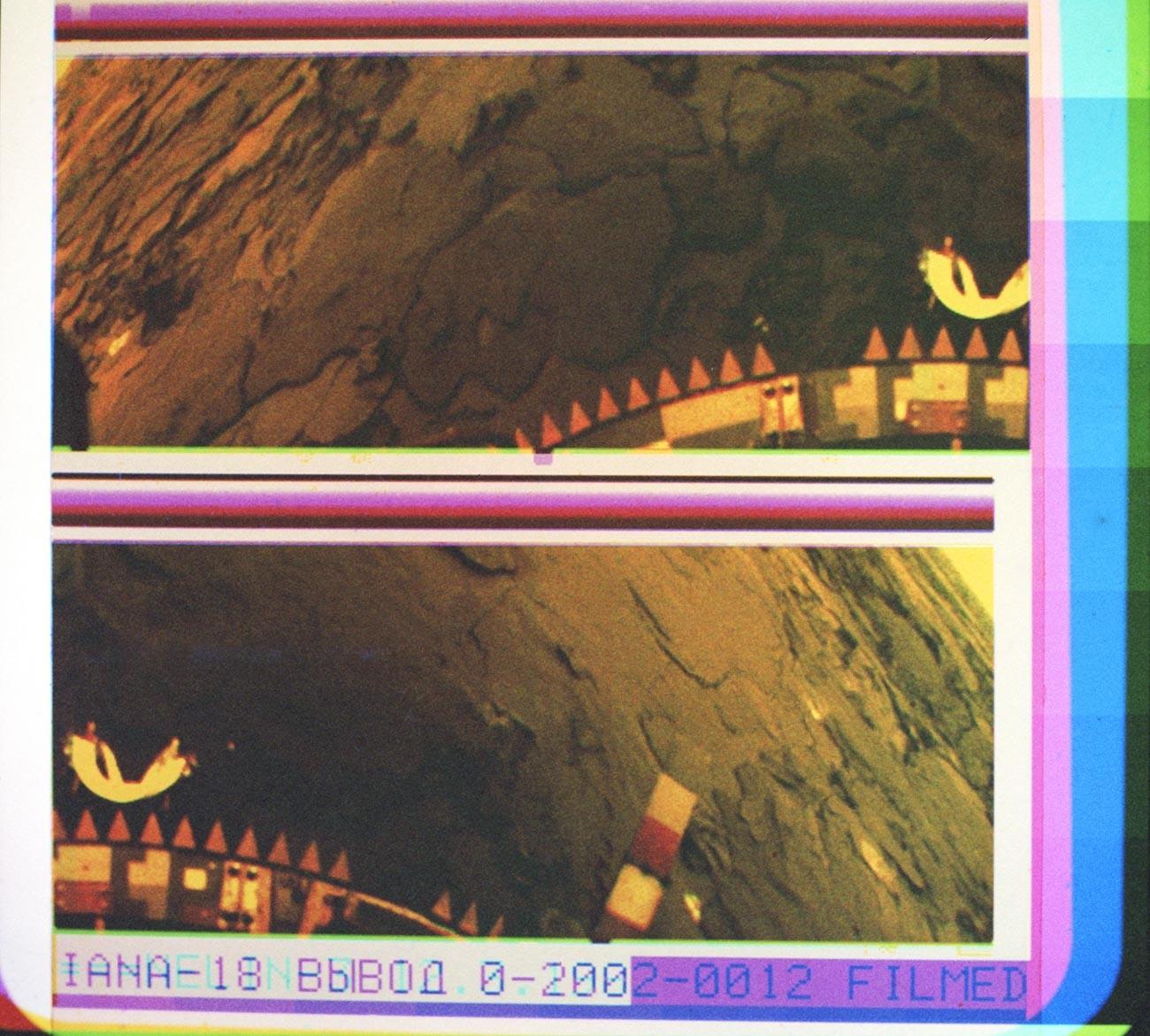 """Панорамска колор фотографија површине Венере, послата са сонде """"Венера 14"""". Добијена је синтезом три снимка емитована кроз колор филтере. Обрада фотографије: Центар за далеку космичку везу и Институт за проблеме емитовања података Академије наука СССР-а. Виде се елементи конструкције сонде."""