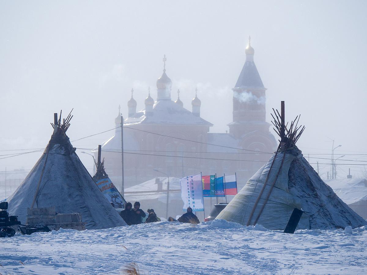 Tchoums durant la Journée des éleveurs de rennes dans la région de Khanty-Mansiïsk