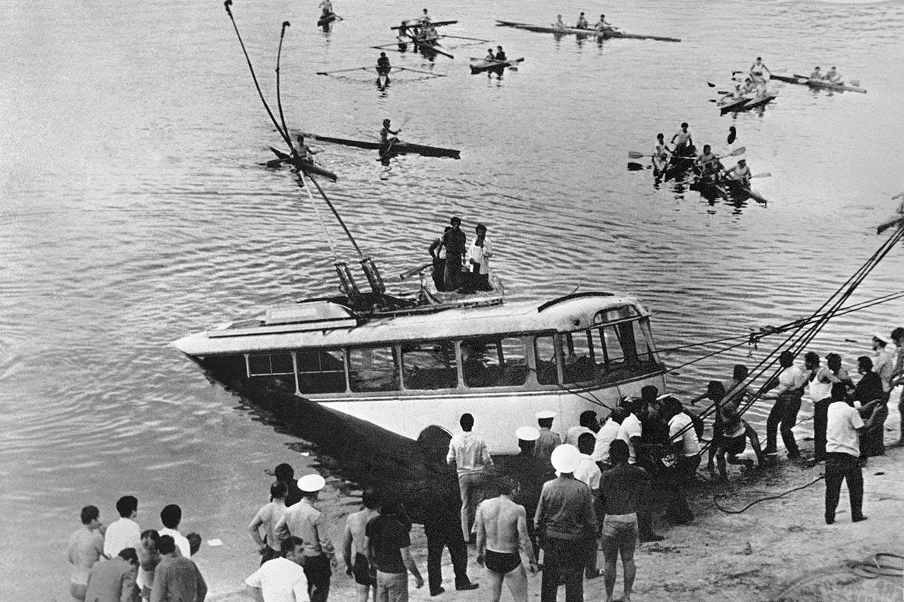 Il filobus ha sbandato ed è caduto nel lago di Erevan