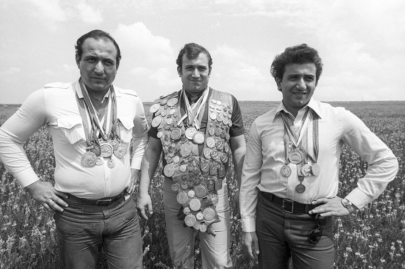 Da sinistra: l'allenatore di nuoto Kamo Karapetyan, Shavarsh Karapetyan, e l'allenatore di bambini Anatolij Karapetyan, 1983