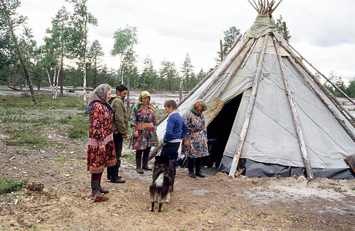 Tchum em Khanti coberta com lona, na região de Tiumen