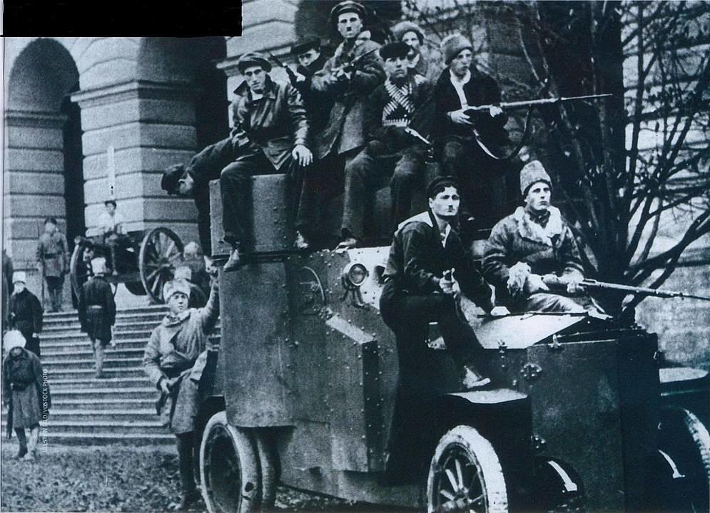 Coche blindado 'Iliá Muromets' cerca del Instituto Smolni en Petrogrado. A principios de noviembre de 1917