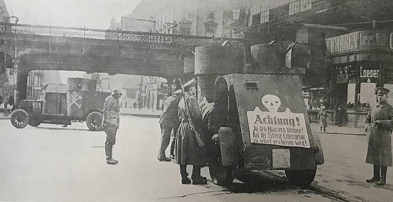 """Fiat-Izhorski de los Freikorps, durante el Levantamiento Espartaquista de 1919 en Berlín. En el cartel trasero se puede leer """"Quédate en casa. Tu vida peligra en la calle, porque estamos disparando"""""""