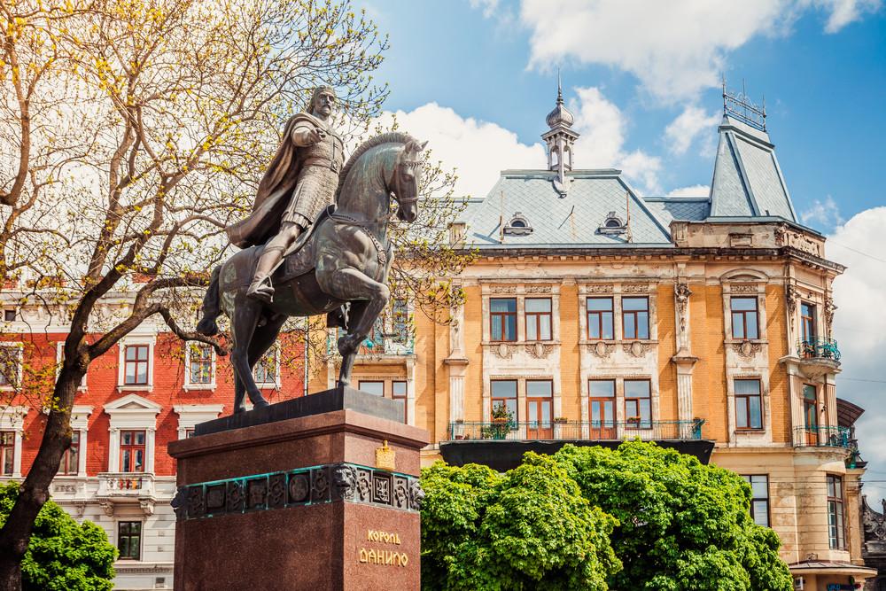 El monumento a Daniil en Lviv, Ucrania