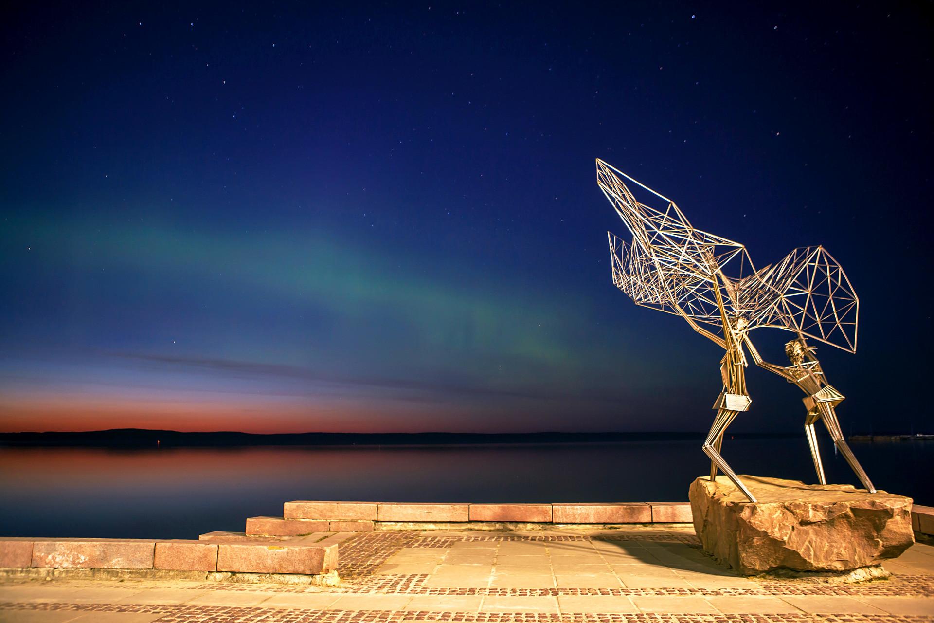 Aurora Borealis (Cahaya Utara) di atas Danau Onega, Petrozavodsk.
