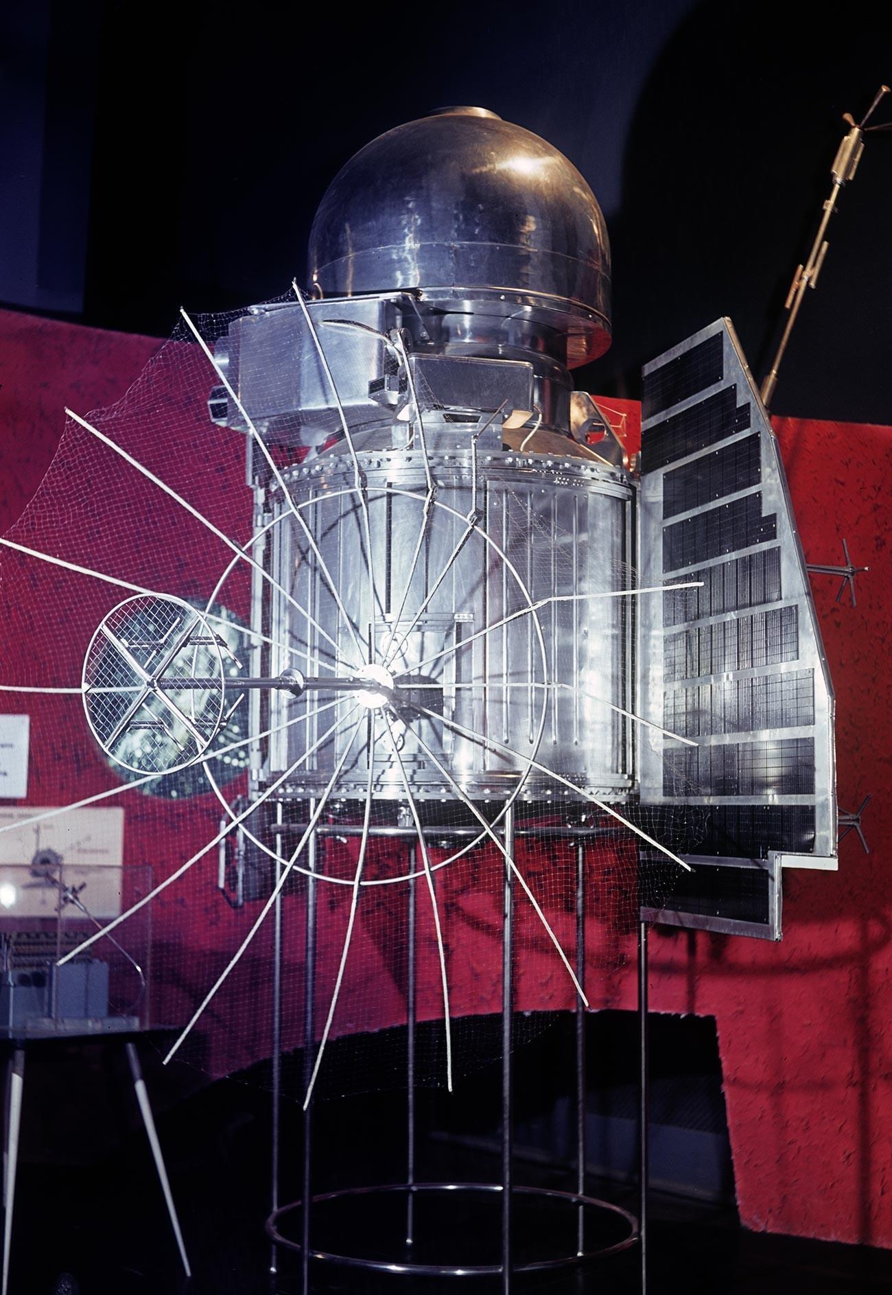 """Модел на автоматската меѓупланетарна станица """"Венера1"""", испратена на Венера на 12 февруари 1961 година. Изложба на достигнувањето на народното стопанство на СССР во Москва."""