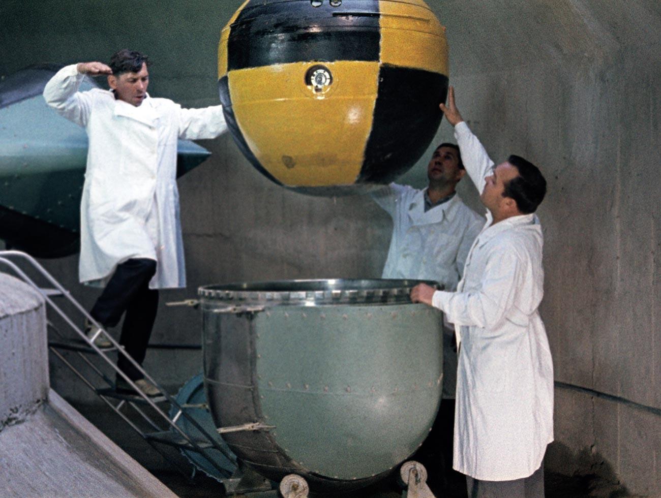 """Истражувачи се подготвуваат со центрифуга да ја тестираат сондата на автоматската меѓупланетарна станица """"Венера"""". Сцена од документарен филм."""