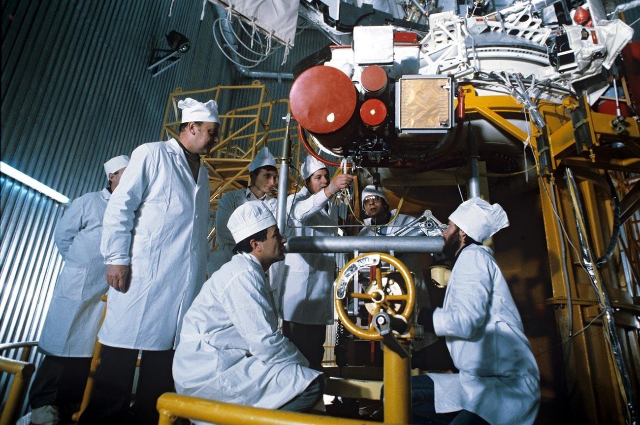 """Меѓународен проект """"Вега"""" во чии рамки беше предвиден лет на две советски атомски станици на Венера и на Халеевата комета. Завршна фаза."""