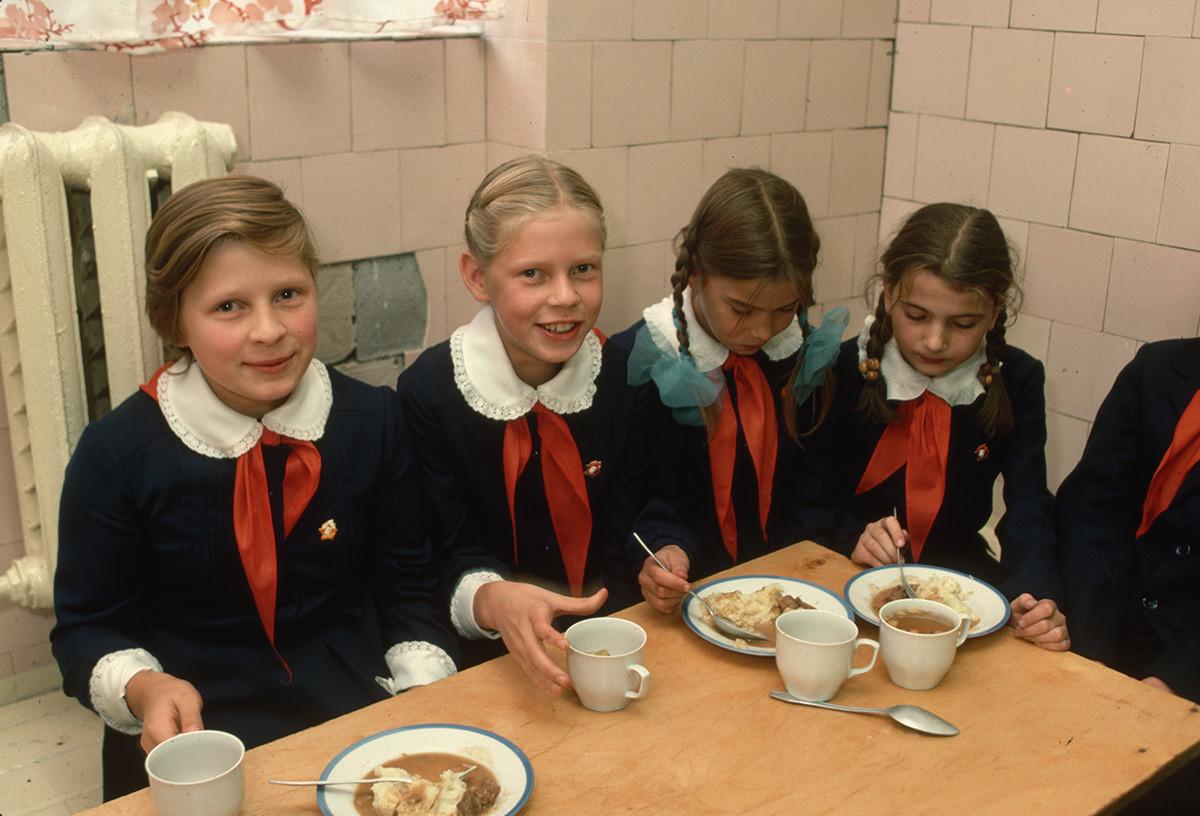 Des écolières en train de déjeuner