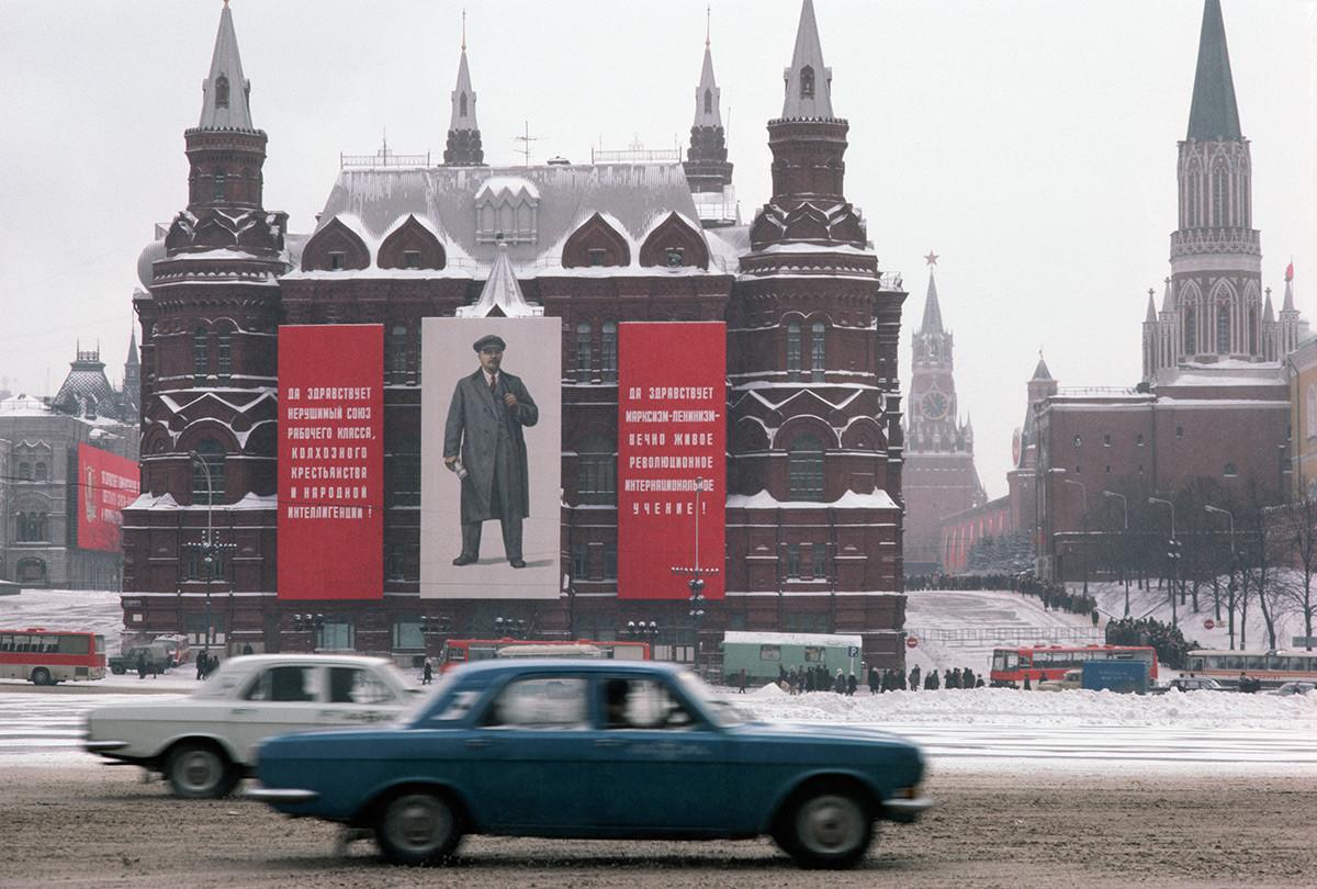 Bannières de Lénine accrochées au Musée historique d'État et circulation sur la rue Mokhovaïa