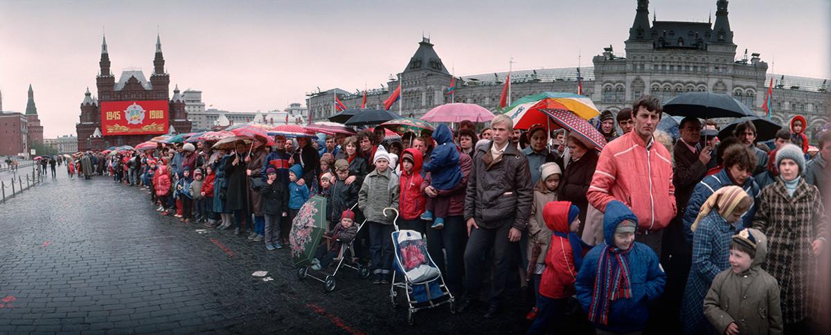 Des Soviétiques font la queue sur la place Rouge