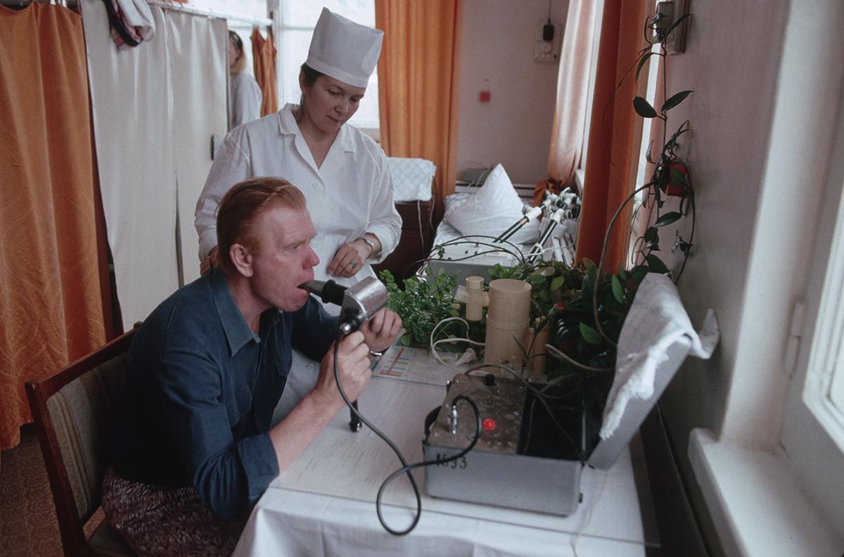 Un patient subissant un examen respiratoire dans un sanatorium soviétique