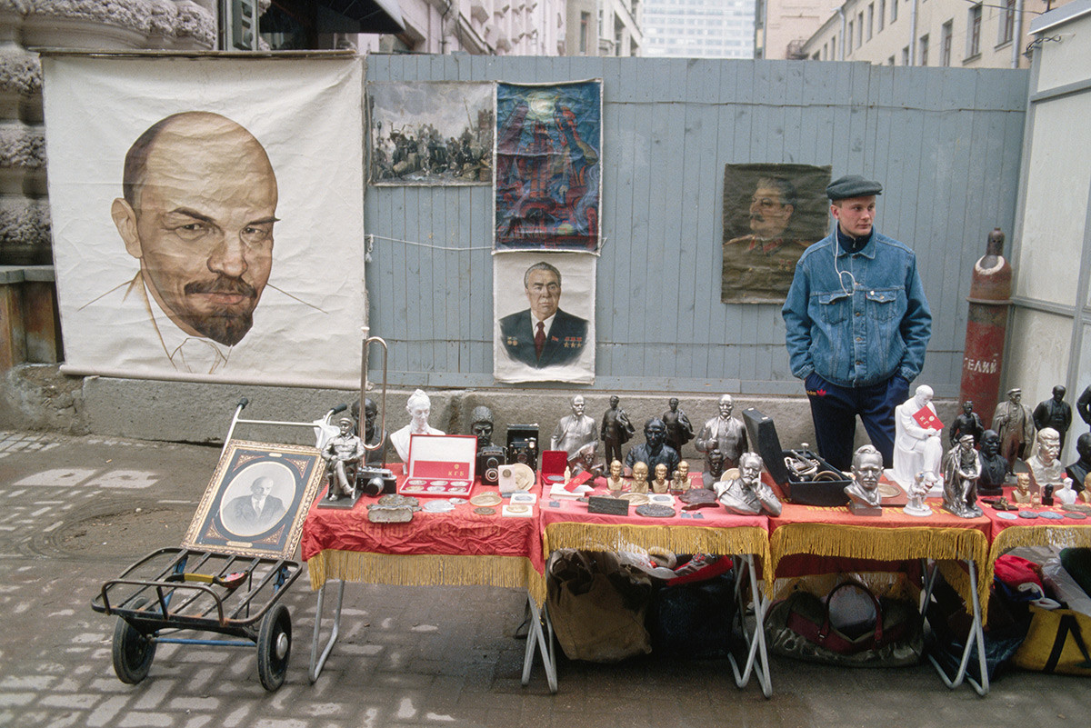 Un homme vendant des attributs communistes dans une rue de Moscou