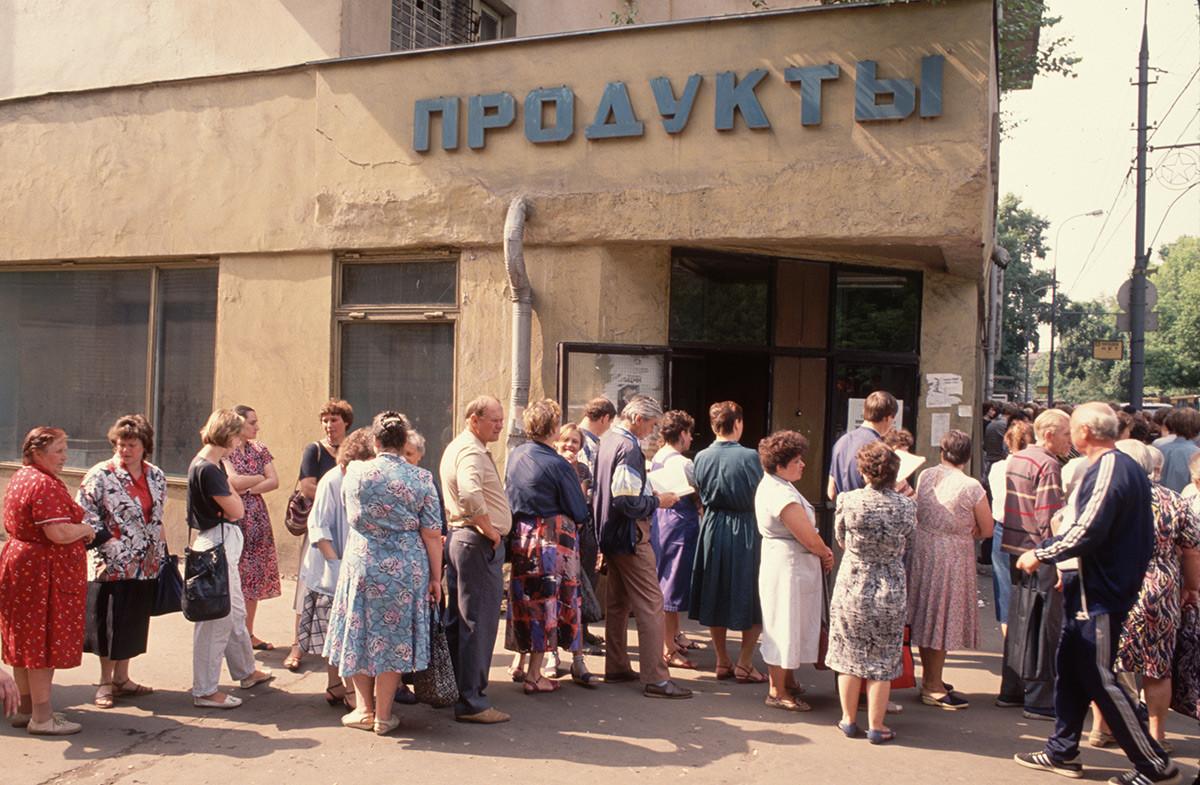 File d'attente pour un magasin alimentaire, un spectacle fréquent en raison des pénuries