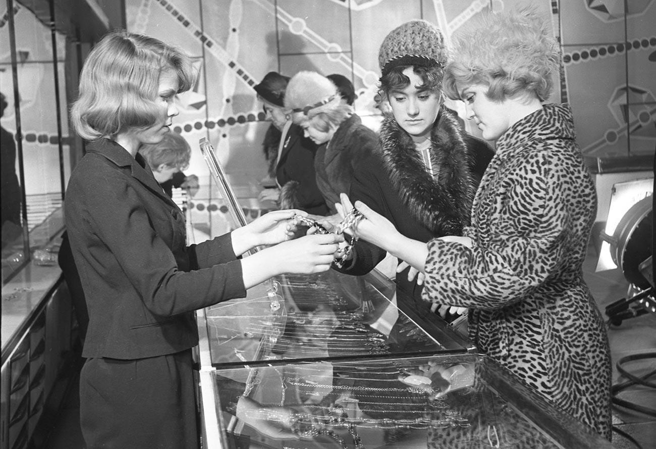Pelanggan berbelanja di toko 'Beryozka', Leningrad.