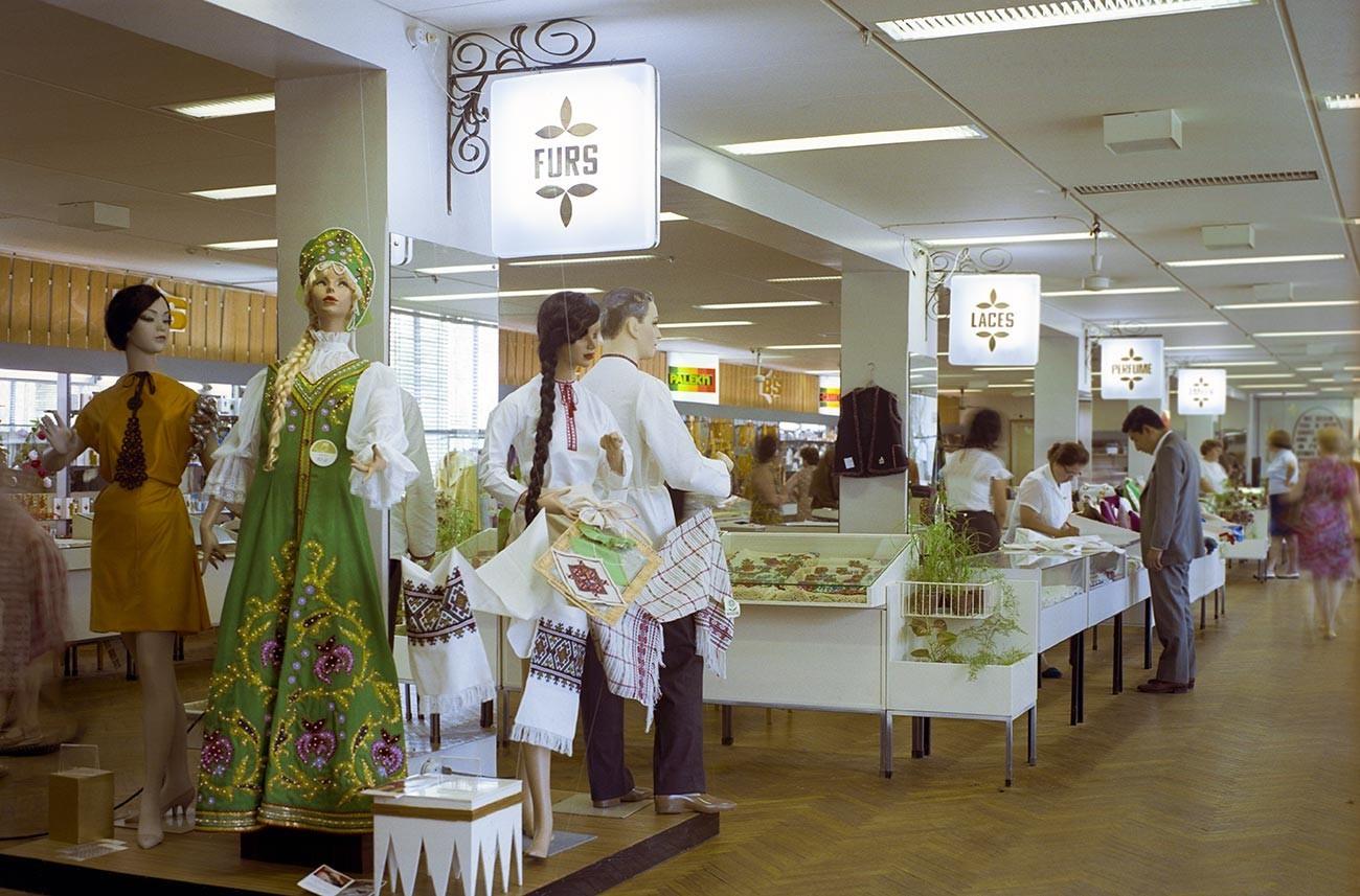 Suasana di toko 'Beryozka'.