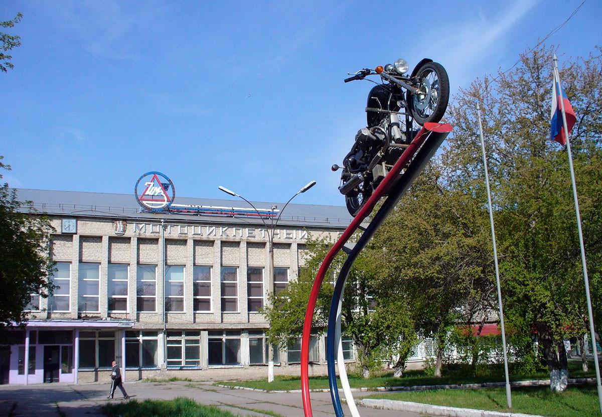 Produksi sepeda motor Ural di Pabrik Sepeda Motor Irbit (IMZ), Sverdlovskaya oblast.