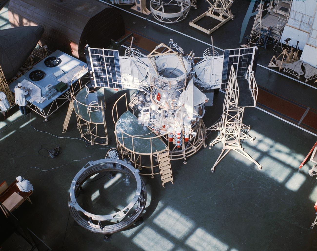 Installation de la station interplanétaire automatique Venera