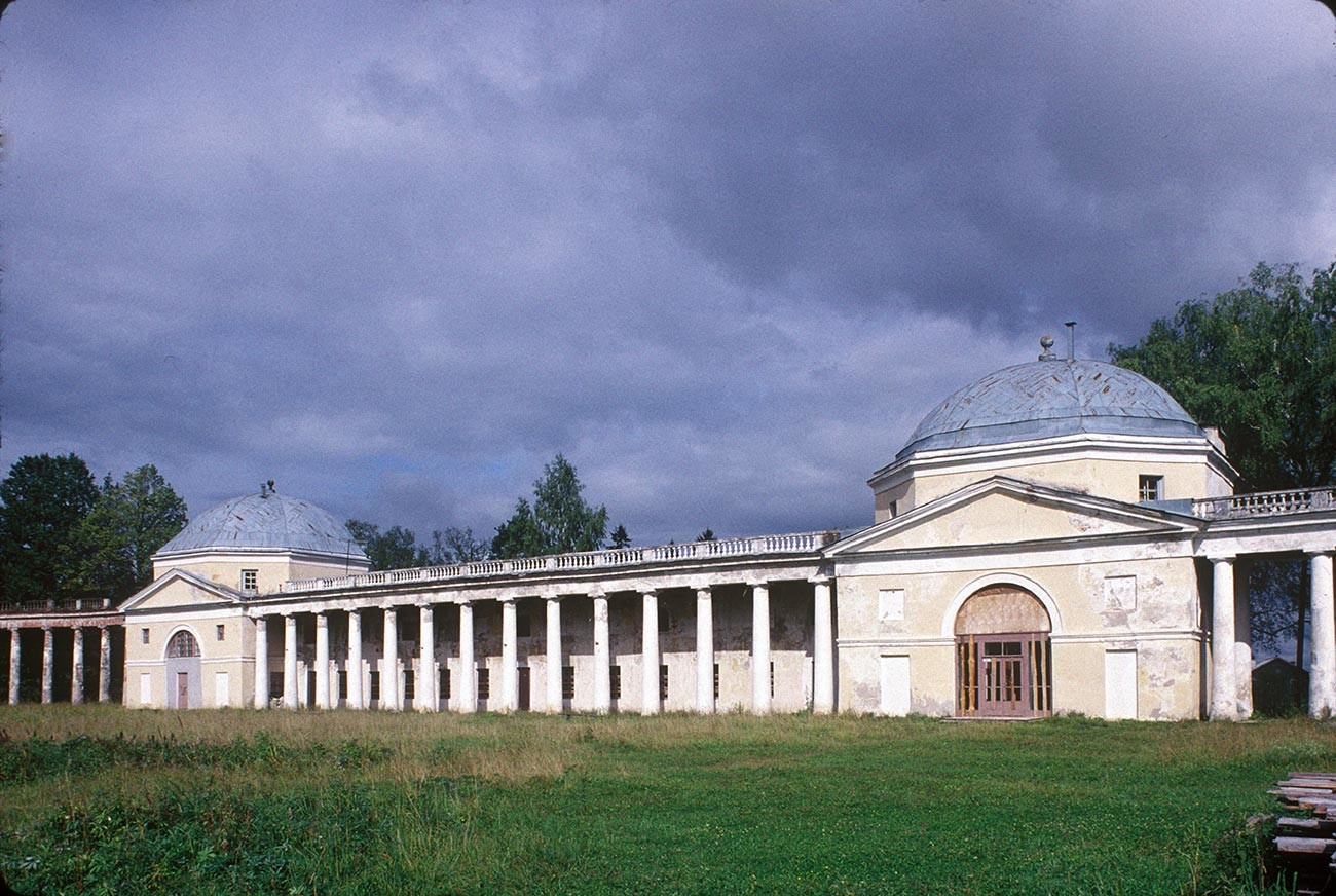 Znamenskoye-Rayok. Colonnade, north range with pavilions. August 13, 1995.