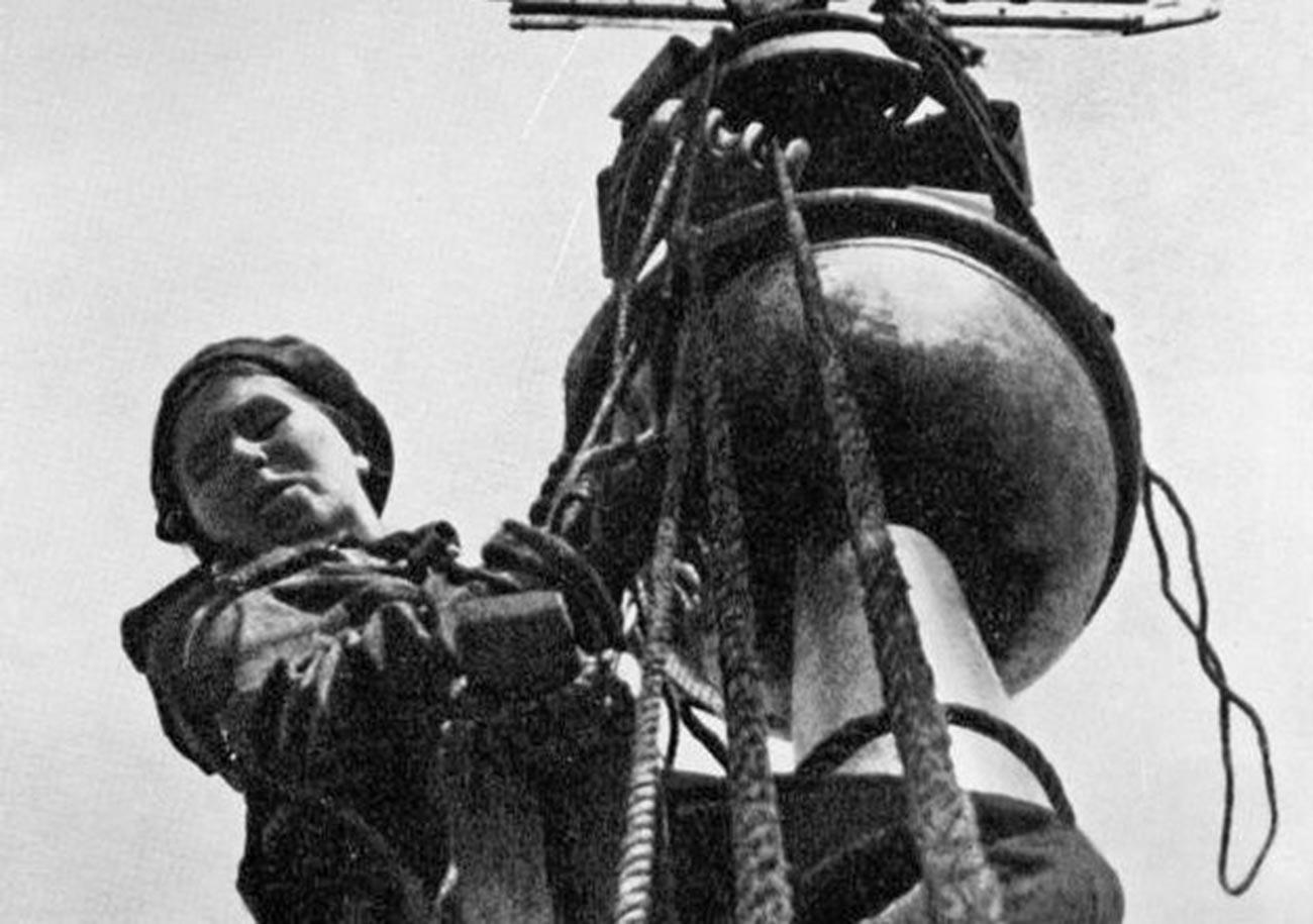 Olga Firsova med prekrivanjem stolpa na zgradbi Admiralitete