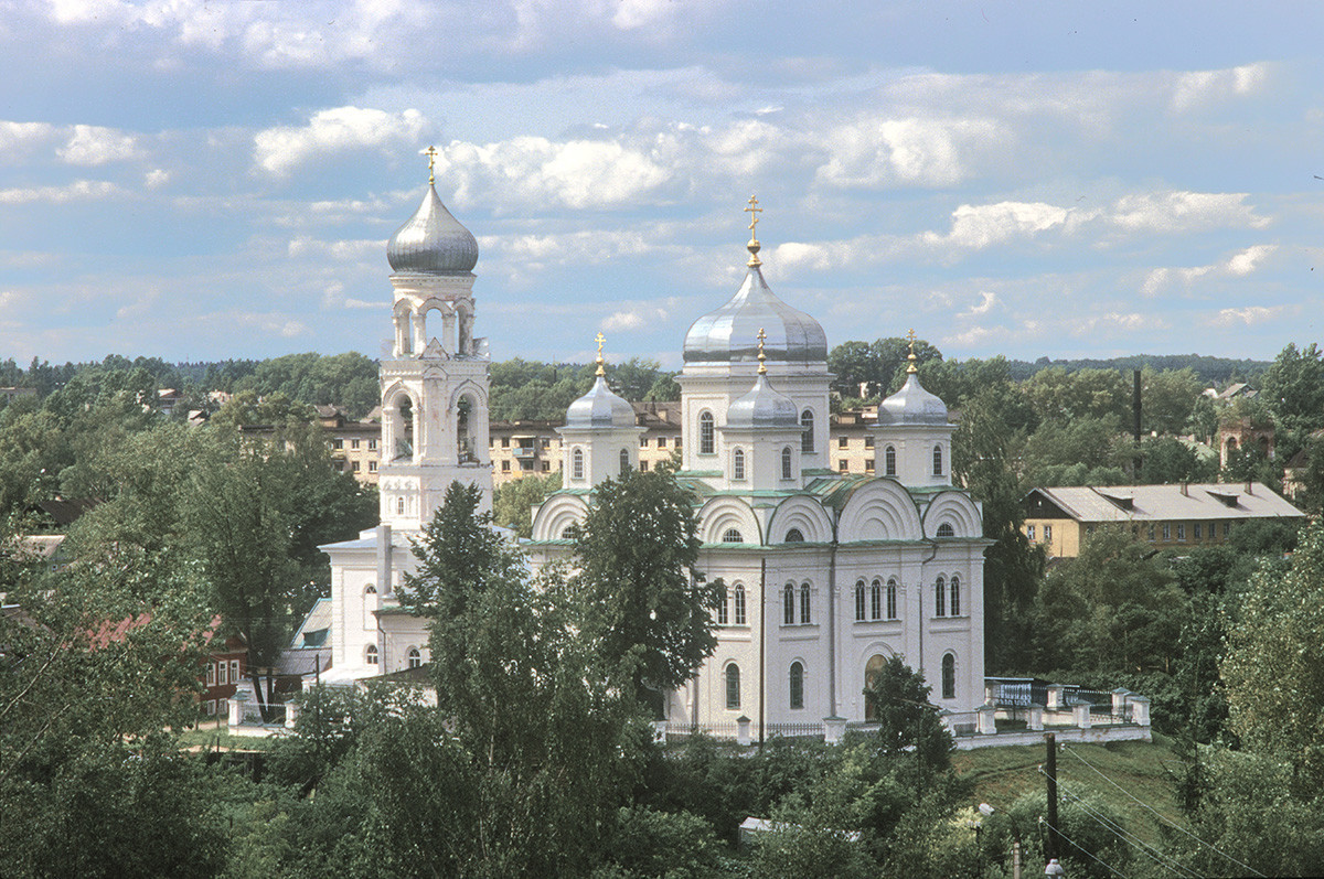 Cerkev nadangela Mihaela (cerkev Marijinega oznanjenja). Pogled proti jugovzhodu z zvonika samostana sv. Borisa in Gleba. 3. julij 1995