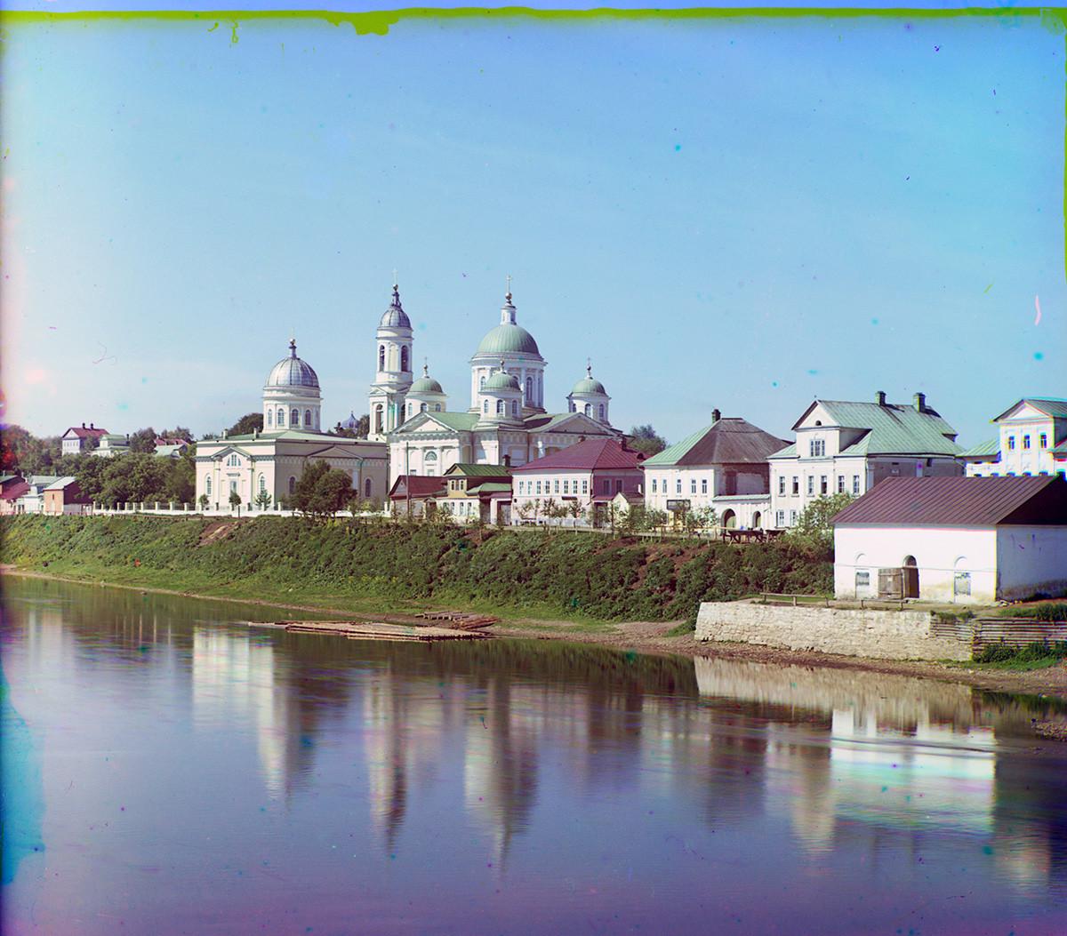 Reka Tverca, Novgorodsko nabrežje. V ozadju: Cerkev Kristusovega vstopa v Jeruzalem (levo), Preobraženska katedrala. Poletje 1910