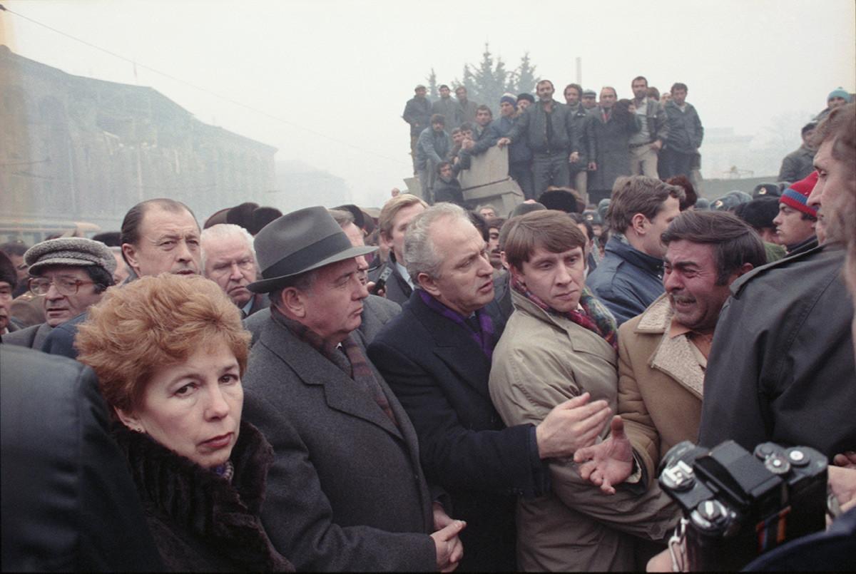 Gorbatchov na Armênia em 1988 após terremoto no local.