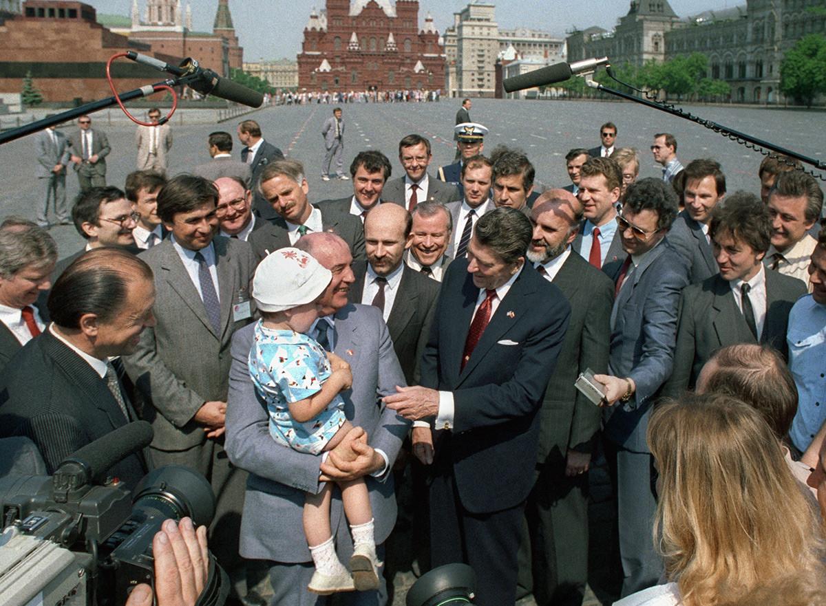Gorbatchov e o presidente norte-americano Ronald Reagan andam na Praça Vermelha em 1988.