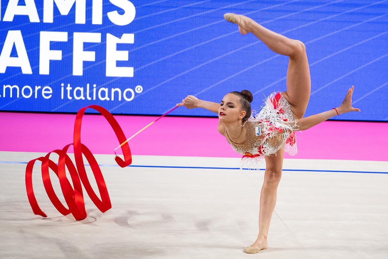 Dina Averina selama FIG Rhythmic Gymnastics World Cup Pesaro 2019 Groups All-Around Ribbon di Adriatic Arena, Pesaro, Italia.