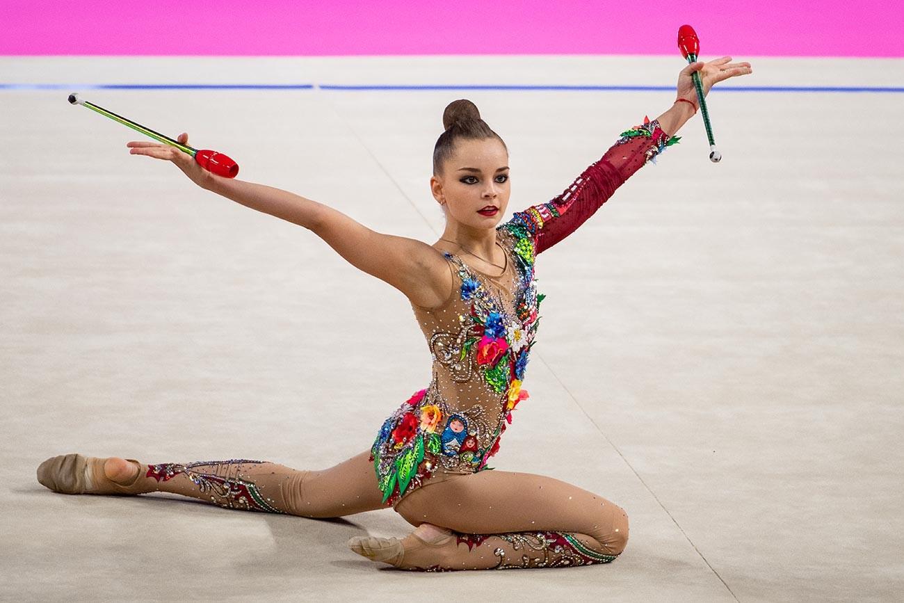 Arina Averina selama FIG Rhythmic Gymnastics World Cup Pesaro 2019 Groups All-Around Clubs di Adriatic Arena, Pesaro, Italia.