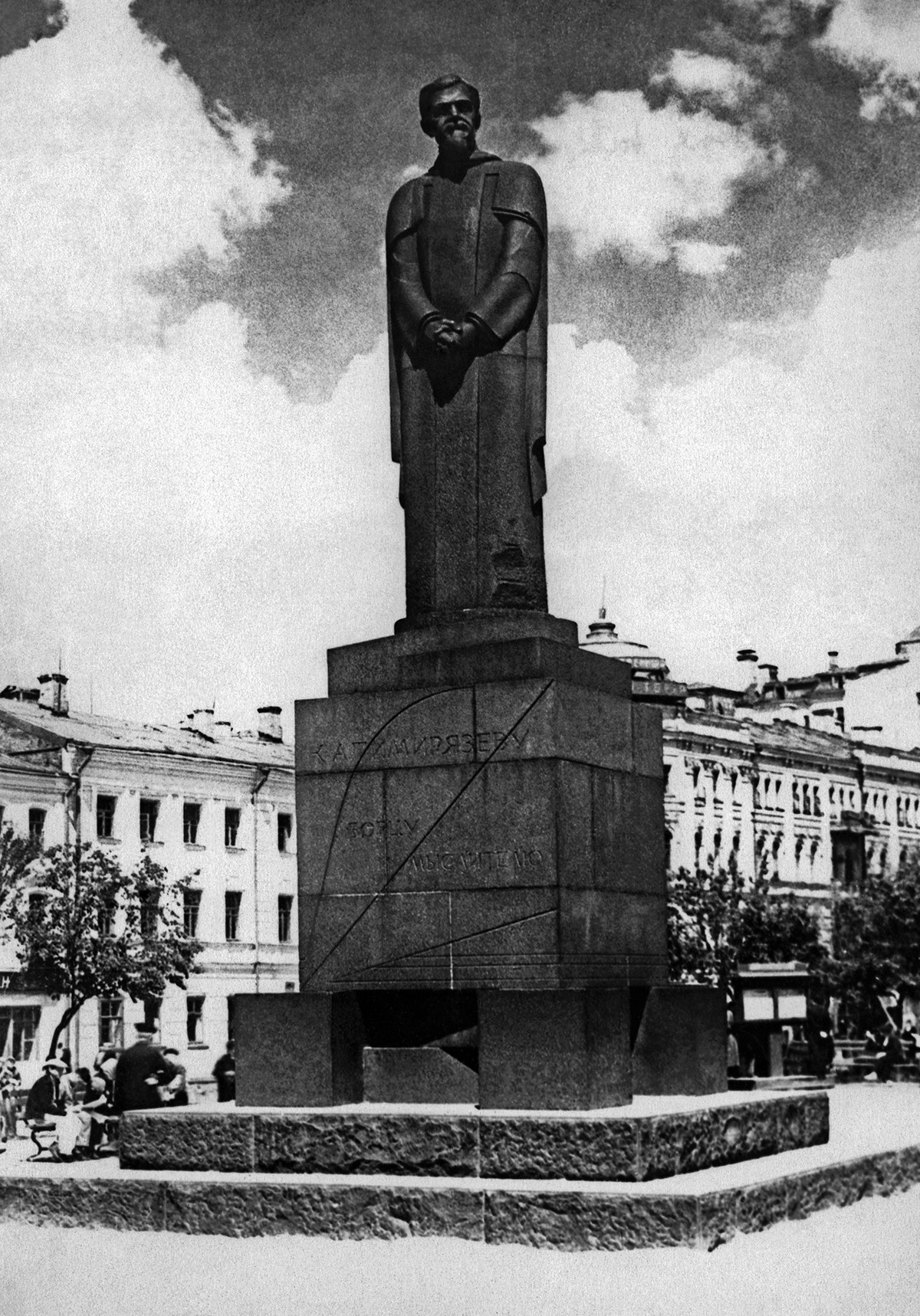 The monument in 1930s.