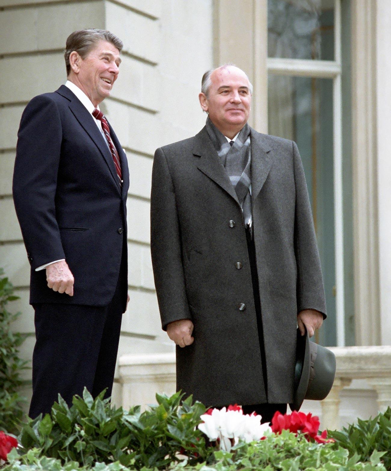 Gorbachev dan Reagan berpose untuk wartawan sebelum masuk ke tempat pertemuan.