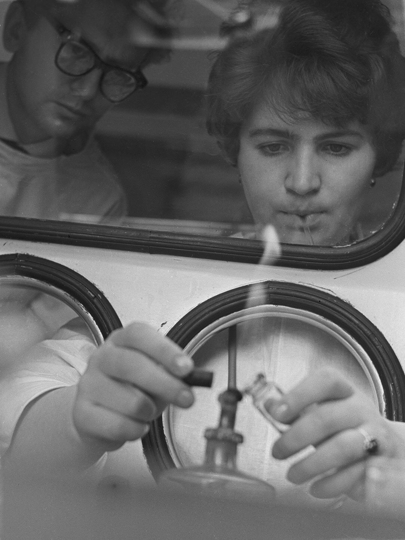 Ilmuwan Institut Poliomyelitis dan Viral Encephalitis dari Akademi Ilmu Kedokteran Soviet (kini dikenal sebagai Institut Mikhail Chumakov) sedang membuat vaksin polio.