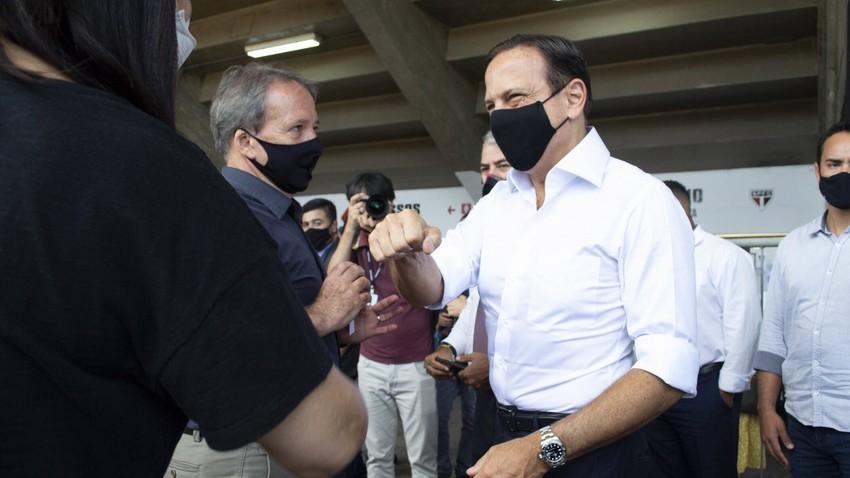 Governador de SP, João Doria, no drive-thru de vacinação contra covid-19 montado no Estádio do Morumbi