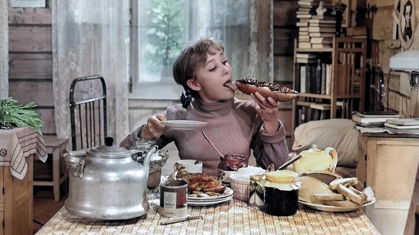 """Ein Bild aus dem beliebten sowjetischen Film """"Die Mädchen"""""""