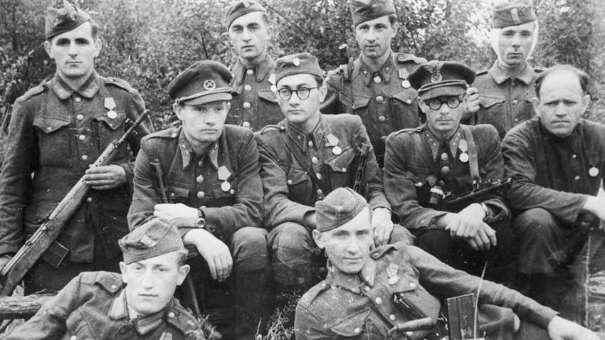 Словашки войници, преминали на страната на съветските партизани.