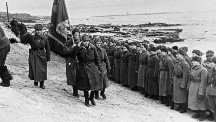 """Pred početak sovjetske kontraofenzive do Staljingrada je pristiglo 160 tisuća vojnika, 10 tisuća konja, 430 tenkova, 6 tisuća topova i 14 tisuća drugih borbenih vozila. U ofenzivi je sudjelovalo preko milijun vojnika, tisuću i pol tenkova, 11,5 tisuća minobacača, 1400 """"kaćuša"""" i druga tehnika."""