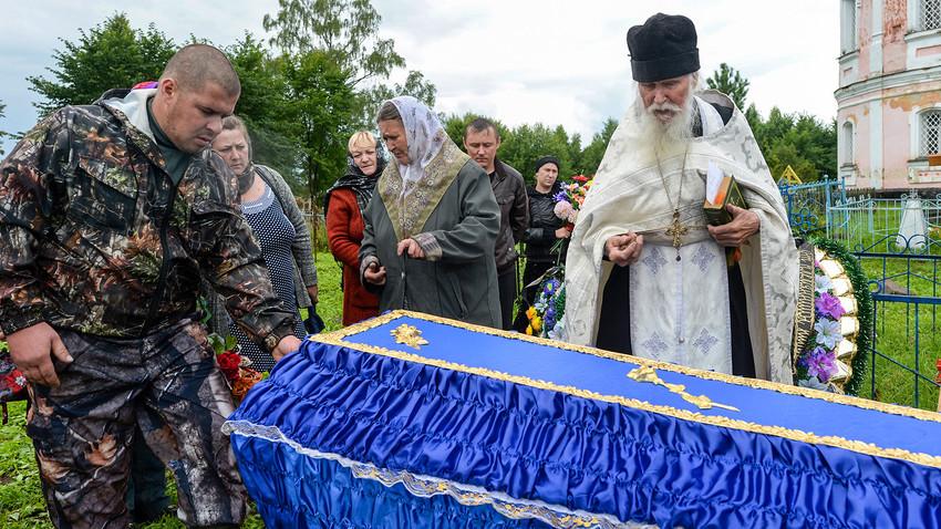 Padre Sergij, sacerdote della chiesa di San Flor e San Lavr a Florovskoe, nella regione di Yaroslavl, durante una celebrazione funebre al cimitero