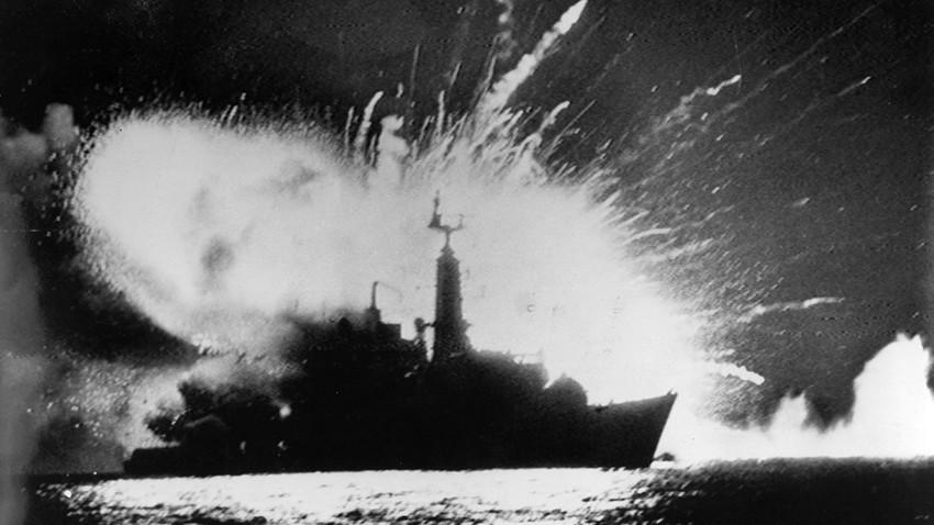 La fragata británica HMS Antelope explota por bombas lanzadas desde aviones argentinos A-4B.  24 de mayo de 1982, bahía de San Carlos, durante la Guerra de las Malvinas.