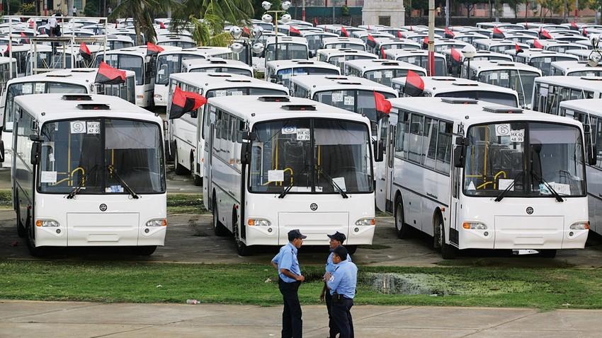 Los autobuses rusos aparcados en la plaza Juan Pablo II de Managua el 15 de mayo de 2009. Aquel año el gobierno de Rusia donó 130 autobuses al gobierno de Nicaragua para su uso como transporte público.