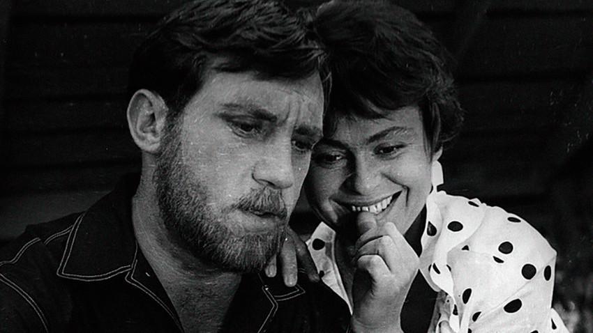 """Vladimir Visocki in Kira Muratova v """"Kratkih srečanjih""""."""