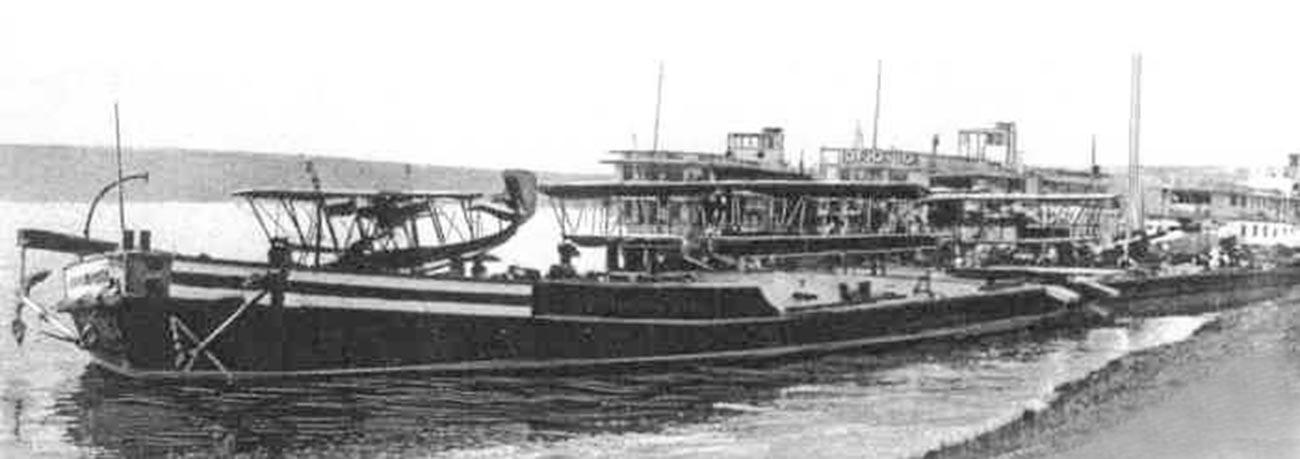 Le premier porte-avions fluvial au monde Le Kommouna
